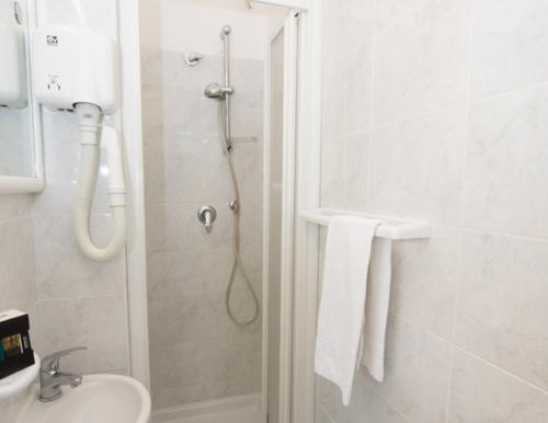 camera-hotel-celle-ligure-con doccia
